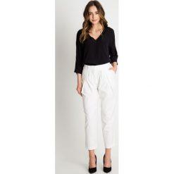 Wizytowe spodnie ecru 7/8 BIALCON. Czarne spodnie materiałowe damskie BIALCON, w paski. W wyprzedaży za 174.00 zł.