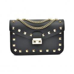 Skórzana torebka w kolorze czarnym - (S)22 x (W)15 x (G)7 cm. Czarne torby na ramię damskie Akcesoria na sylwestrową noc. W wyprzedaży za 209.95 zł.