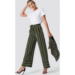 NA-KD Classic Szerokie spodnie w paski - Green. Zielone spodnie materiałowe damskie NA-KD Classic, w paski. Za 202.95 zł.