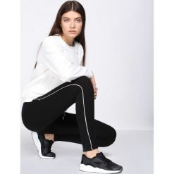 Czarne Spodnie Dresowe Evenness. Czarne spodnie dresowe damskie Born2be, z dresówki. Za 39.99 zł.