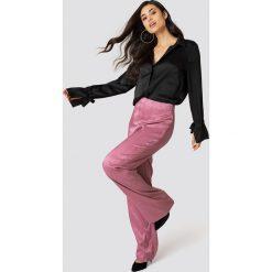 NA-KD Atłasowe żakardowe spodnie w groszki - Pink. Różowe spodnie materiałowe damskie NA-KD, w grochy, z tkaniny. W wyprzedaży za 64.78 zł.