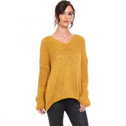 """Sweter """"Igal"""" w kolorze musztardowym. Żółte swetry damskie Cosy Winter, ze splotem, z asymetrycznym kołnierzem. W wyprzedaży za 159.95 zł."""