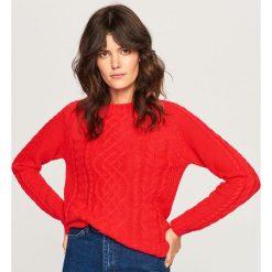 Sweter z ozdobnym splotem - Czerwony. Czerwone swetry damskie Reserved, ze splotem. Za 69.99 zł.