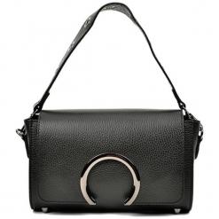 Skórzana torebka w kolorze czarnym - (S)24 x (W)15,5 x (G)8 cm. Czarne torby na ramię damskie Akcesoria na sylwestrową noc. W wyprzedaży za 239.95 zł.