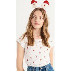 T-shirt ze świątecznym nadrukiem all over - Biały. Białe t-shirty damskie Sinsay, z nadrukiem. Za 14.99 zł.
