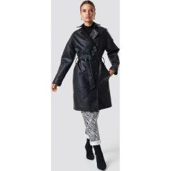 NA-KD Trend Dwurzędowy płaszcz PU - Black. Czarne płaszcze damskie NA-KD Trend, w paski. Za 404.95 zł.