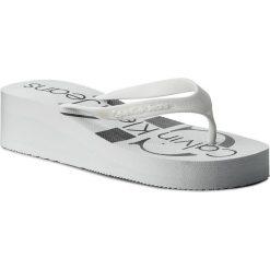 Japonki CALVIN KLEIN JEANS - Tesse Jelly RE9734 White. Białe klapki damskie Calvin Klein Jeans, w paski, z jeansu. Za 179.90 zł.