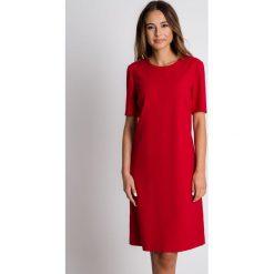 Czerwona sukienka z półokrągłym dekoltem BIALCON. Czerwone sukienki damskie BIALCON, biznesowe, z kopertowym dekoltem, z krótkim rękawem. Za 279.00 zł.