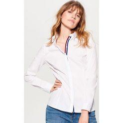 Klasyczna koszula - Biały. Białe koszule damskie Mohito, klasyczne, z klasycznym kołnierzykiem. Za 79.99 zł.