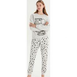 Piżama Mickey Mouse - Jasny szar. Szare piżamy damskie Sinsay, z motywem z bajki. Za 79.99 zł.