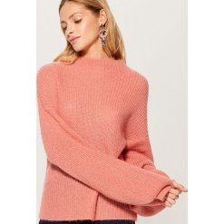 Sweter z bufiastymi rękawami - Pomarańczo. Różowe swetry damskie Mohito. Za 149.99 zł.