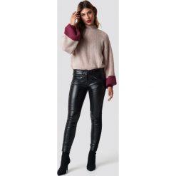 Rut&Circle Spodnie ze sztucznej skóry Jiva - Black. Czarne spodnie materiałowe damskie Rut&Circle, ze skóry. Za 202.95 zł.