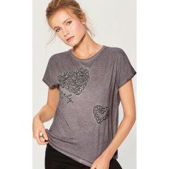 Koszulka z aplikacją - Szary. Szare t-shirty damskie Mohito, z aplikacjami. Za 69.99 zł.