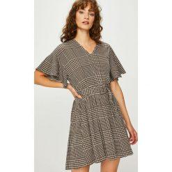 Vero Moda - Sukienka. Szare sukienki damskie Vero Moda, w paski, z elastanu, casualowe, z krótkim rękawem. W wyprzedaży za 119.90 zł.