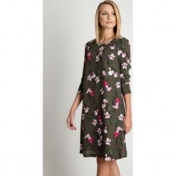 Sukienka khaki w kwiaty BIALCON. Brązowe sukienki damskie BIALCON, na jesień, w kwiaty, z tkaniny, biznesowe. Za 295.00 zł.
