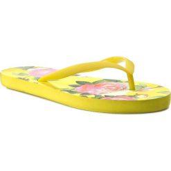 Japonki GUESS - Capri Rose Print Flip-Flops E62Z54 RUB59 PE24-N. Żółte klapki damskie Guess, z materiału. W wyprzedaży za 119.00 zł.