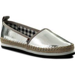 Espadryle TOMMY JEANS - Sporty Metallic Slip On EN0EN00203 Silver 000. Szare espadryle damskie Tommy Jeans, z jeansu. W wyprzedaży za 199.00 zł.
