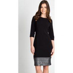 Czarna ołówkowa sukienka  QUIOSQUE. Czarne sukienki damskie QUIOSQUE, eleganckie, z dekoltem na plecach. W wyprzedaży za 139.99 zł.