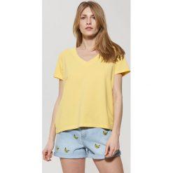 Gładka koszulka z dekoltem v - Żółty. Bluzki damskie marki Colour Pleasure. Za 24.99 zł.