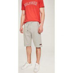 Tommy Jeans - Szorty. Szare szorty męskie Tommy Jeans, z bawełny, casualowe. W wyprzedaży za 219.90 zł.