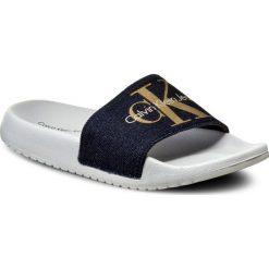 Klapki CALVIN KLEIN JEANS - Chantal R4104 Midnight/Gold. Niebieskie klapki damskie Calvin Klein Jeans, z jeansu. W wyprzedaży za 189.00 zł.