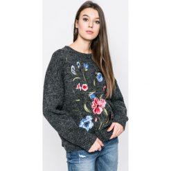 Answear - Sweter. Szare swetry damskie ANSWEAR, z dzianiny, z okrągłym kołnierzem. W wyprzedaży za 89.90 zł.