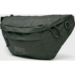 Nike Sportswear - Saszetka. Czarne saszetki męskie Nike Sportswear, z materiału, casualowe. Za 169.90 zł.
