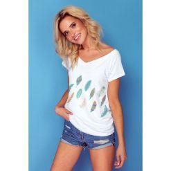Bluzka t-shirt piórka k126. Białe t-shirty damskie Knitis, w kolorowe wzory, z dzianiny, z klasycznym kołnierzykiem. Za 69.00 zł.