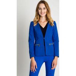Niebieski żakiet zapinany na haftkę BIALCON. Niebieskie żakiety damskie BIALCON, z haftami, z satyny, biznesowe. Za 299.00 zł.