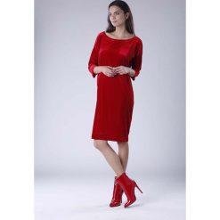 Czerwona Luźna Sukienka z Dekoltem w Łódkę z Weluru. Czerwone sukienki damskie Molly.pl, z weluru, biznesowe, z dekoltem w łódkę. Za 129.90 zł.