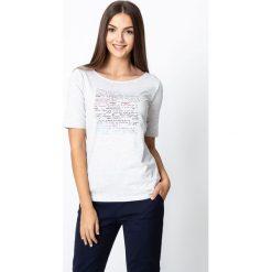 Szara bluzka z drobnymi napisami QUIOSQUE. Szare bluzki damskie QUIOSQUE, z nadrukiem, z bawełny, klasyczne, z dekoltem w łódkę, z krótkim rękawem. Za 79.99 zł.