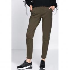 Ciemnozielone Spodnie Dresowe Extradition. Zielone spodnie dresowe damskie Born2be, z dresówki. Za 59.99 zł.