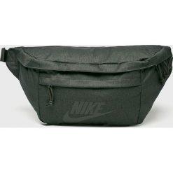 Nike Sportswear - Saszetka. Szare saszetki męskie Nike Sportswear, z materiału, casualowe. W wyprzedaży za 139.90 zł.