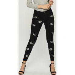 Spodnie skinny z nadrukiem - Czarny. Czarne spodnie materiałowe damskie Sinsay, z nadrukiem. Za 99.99 zł.