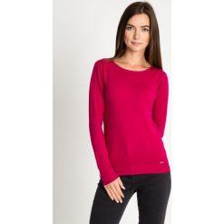 Różowy sweter z błyszczącą lamówką przy dekolcie QUIOSQUE. Czerwone swetry damskie QUIOSQUE, z dzianiny, z klasycznym kołnierzykiem. W wyprzedaży za 59.99 zł.