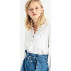 Gładka koszula z kieszenią - Biały. Białe koszule damskie Sinsay. Za 49.99 zł.