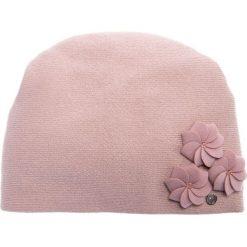 Różowa czapka z trzema kwiatami QUIOSQUE. Czerwone czapki i kapelusze damskie QUIOSQUE, z wełny. Za 99.99 zł.