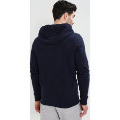Tommy Jeans ESSENTIAL GRAPHIC ZIPTHRU Bluza rozpinana black iris. Kardigany męskie Tommy Jeans, z bawełny. W wyprzedaży za 404.10 zł.