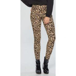 Spodnie high waist w panterkę - Brązowy. Spodnie materiałowe damskie marki DOMYOS. W wyprzedaży za 29.99 zł.