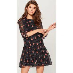 Sukienka mini w kwiaty - Wielobarwn. Szare sukienki damskie Mohito, w kwiaty. W wyprzedaży za 99.99 zł.