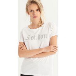 T-shirt z brokatowym napisem - Biały. Białe t-shirty damskie Sinsay, z napisami. Za 19.99 zł.