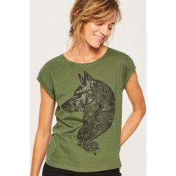 T-shirt z nadrukiem - Khaki. T-shirty damskie marki Reserved. W wyprzedaży za 19.99 zł.