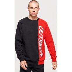 Dwukolorowa bluza z nadrukiem - Czerwony. Czerwone bluzy męskie Cropp, z nadrukiem. Za 119.99 zł.