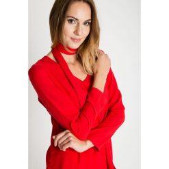 Czerwona bluzka z wiązaniem na dekolcie BIALCON. Czerwone bluzki damskie BIALCON, wizytowe. W wyprzedaży za 93.00 zł.