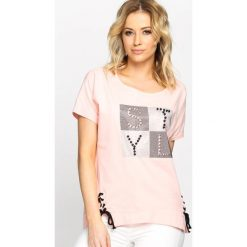 Różowy T-shirt Capital Letters. T-shirty damskie Born2be. Za 29.99 zł.