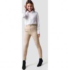NA-KD Classic Dopasowane spodnie garniturowe - Beige. Brązowe spodnie materiałowe damskie NA-KD Classic. Za 161.95 zł.