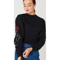 NA-KD Bluza z wyszywanymi różami na rękawach - Black. Bluzy damskie NA-KD. Za 133.95 zł.