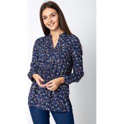 Granatowa bluzka w kwiaty ściągana w pasie QUIOSQUE. Czerwone bluzki damskie QUIOSQUE, w kwiaty, z jeansu, biznesowe, z koszulowym kołnierzykiem. W wyprzedaży za 99.99 zł.