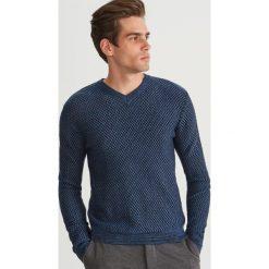 Sweter ze strukturalnej dzianiny - Niebieski. Niebieskie swetry przez głowę męskie Reserved, z dzianiny. Za 139.99 zł.