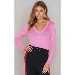 NA-KD Sweter z dzianiny z dekoltem V - Pink. Różowe swetry damskie NA-KD, z dzianiny, z dekoltem w serek. W wyprzedaży za 60.98 zł.